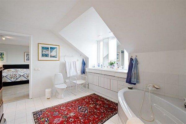 Большая ванная комната украшенная и утепленная ковром.
