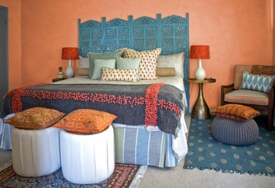 Насыщенные краски и большая высокая кровать – визитная карточка индийской спальни.