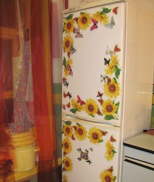 Такой декупаж на холодильнике подарит частичку лета в любой день.