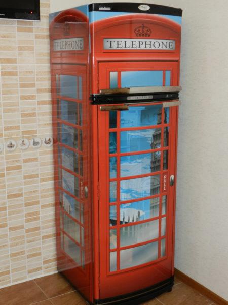 Термонаклейка + холодильник = телефонная будка.