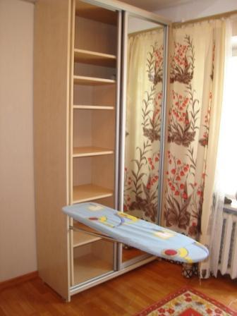 Встроенная в шкаф доска сэкономит пространство, выглядит стильно и незаметна для гостей вашего дома.