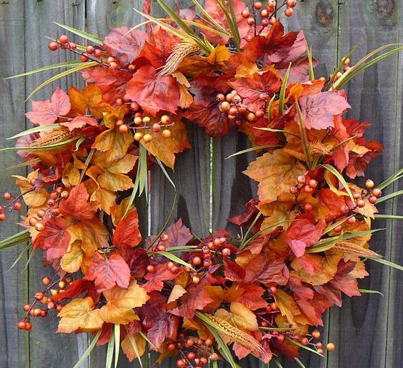 Венок из листьев и осенних плодов добавит уюта вашему дому.