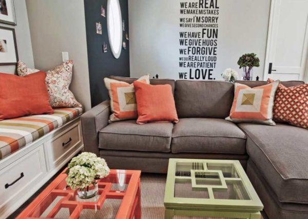 Подушки цвета спелой тыквы украсят гостиную, добавив ей уюта.