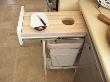 Очень удобно счистить с рабочей поверхности мусор сразу в ведро.