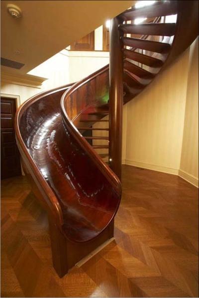 Лестница, перилами которой служит горка.