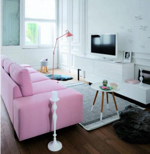 Нежно-розовый диван делает интерьер комнаты более женственным.