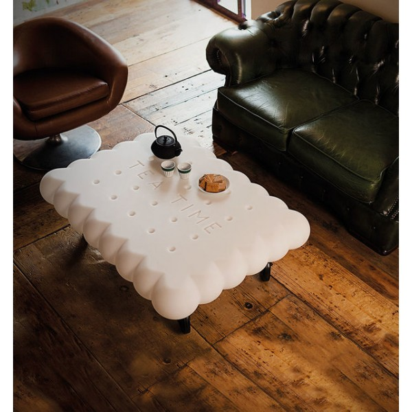 Журнальный столик необычной формы, для чаепития в небольшой компании.