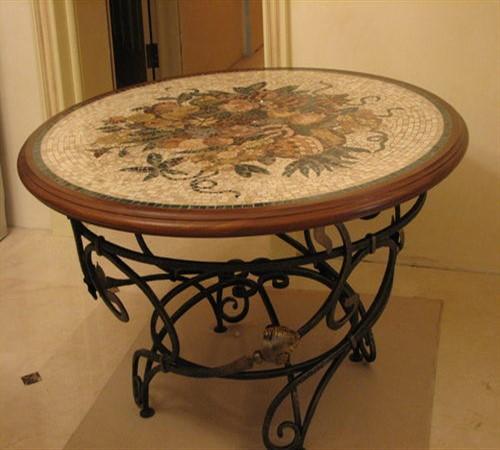 Столик, украшенный декупажем, может сталь самостоятельным элементом декора.