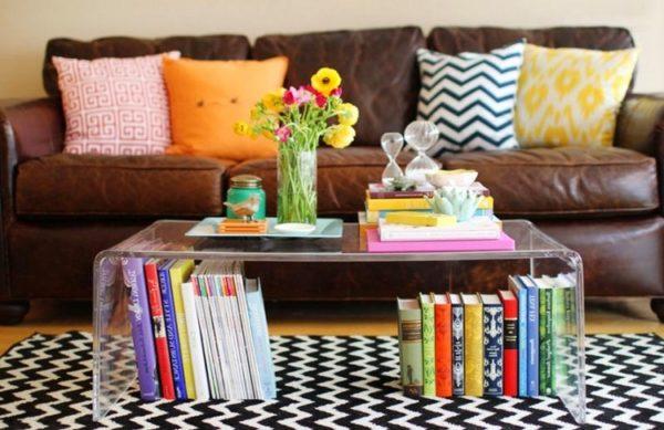 Нежная композиция с цветами и книгами добавит уюта в ваш дом.