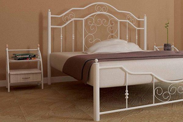 Стильная тумбочка подчеркнет легкость и элегантность кровати.