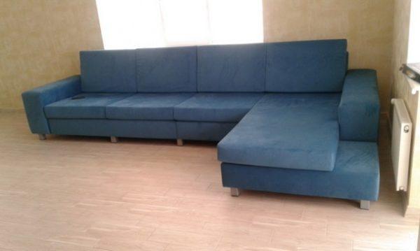 На таком большом диване можно лечь как вдоль, так и поперек.