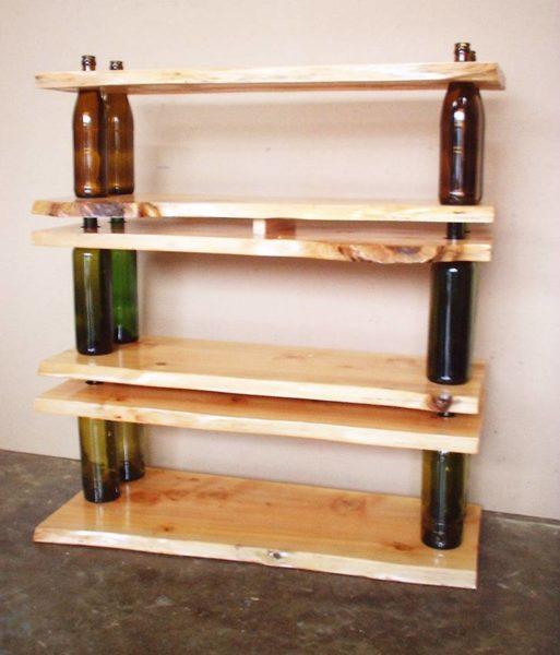 Лакированные доски собраны в полки с помощью стеклянных бутылок.