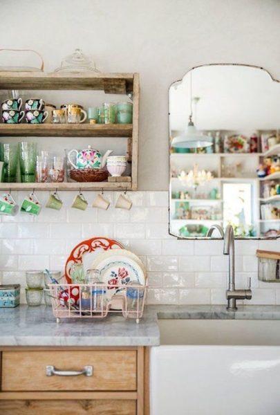 Стильное и недорогое решение, цвет посуды может стать акцентом кухни.