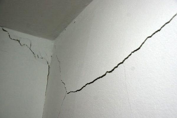 Трещина, пошедшая из-за плохого материала способна испортить весь ремонт.