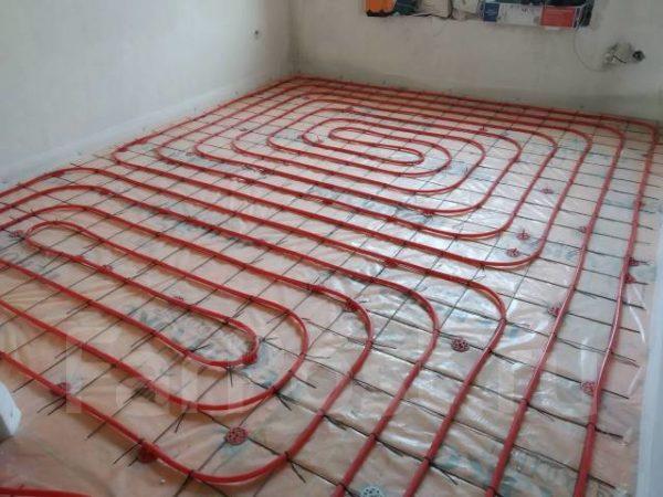 Водяной теплый пол составляется из множества контуров труб, зафиксированных на специальной подложке.
