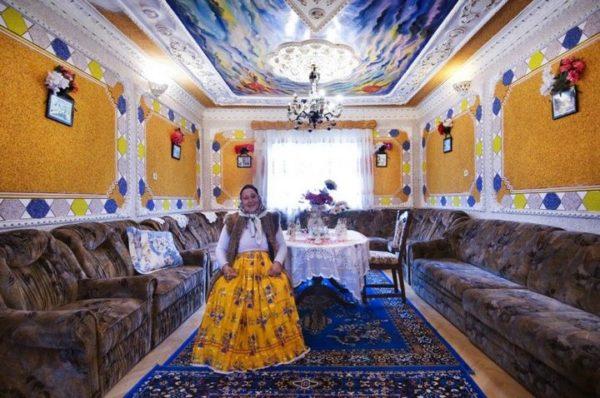 Высокий потолок и размер пространства комнаты привели к решению – заставить всю комнату большими диванами.