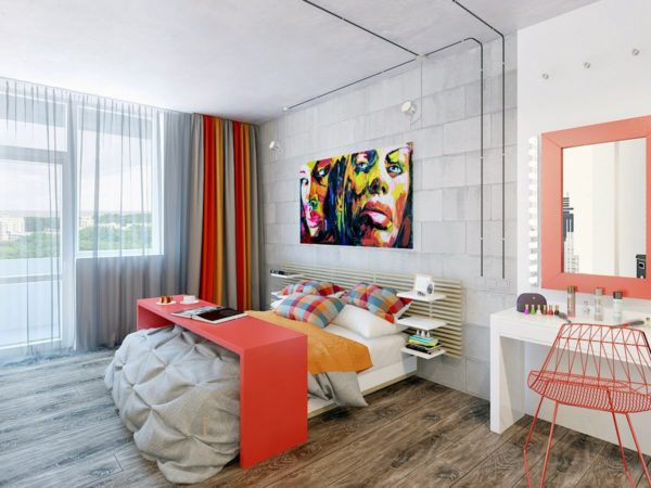 Яркий стол и стул спальни дополнены аксессуарами, придают комнате изюминку.