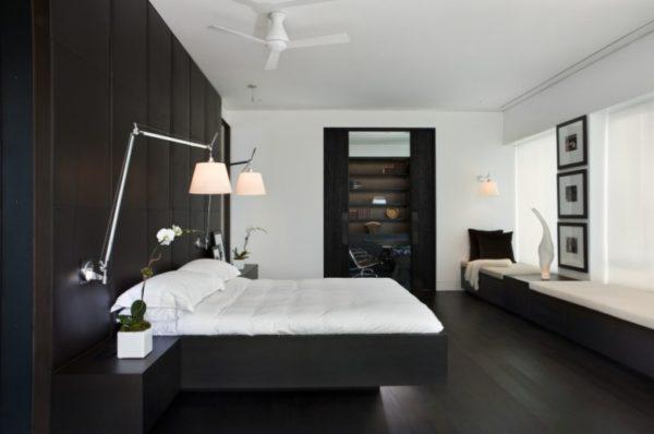 Комната с черной акцентной стеной.