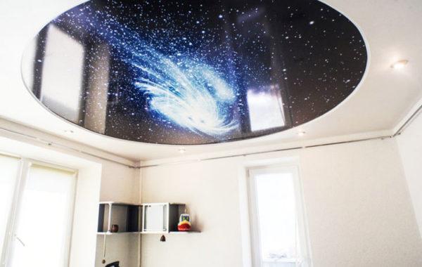 Такой потолок создает ощущение, что вы смотрите на звездное небо сквозь иллюминатор.