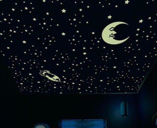 Звездное небо, созданное при помощи фосфорных наклеек.