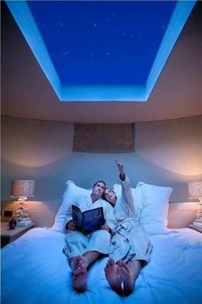 Стеклянная крыша спальни способствует появлению новых идей.