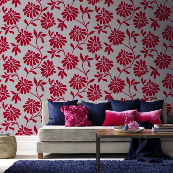 Сочетание цветов в интерьере, где присутствуют обои с красным монохромом, нелегко подобрать.