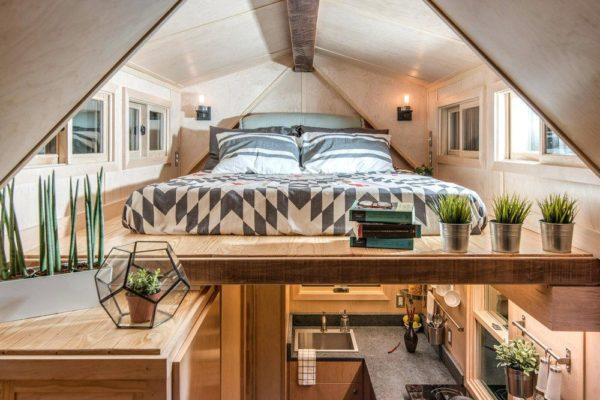 «Спальня» расположилась на мансарде дачного домика.