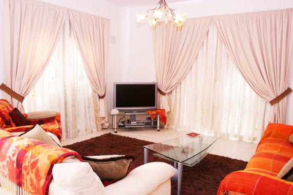 Гостиная с текстилем нежно розовых оттенков призвана помочь гостиной стать уютнее и помочь обрести спокойствие и безмятежность после трудового дня.