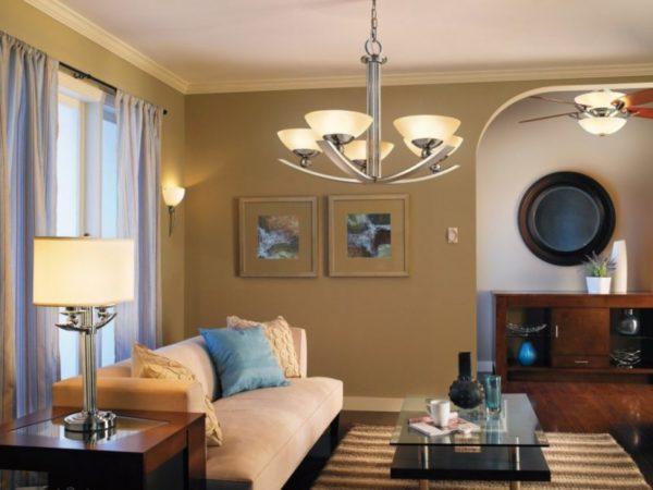 Все элементы освещения должны быть продуманными, чтобы составлять единое целое в интерьере гостиной.
