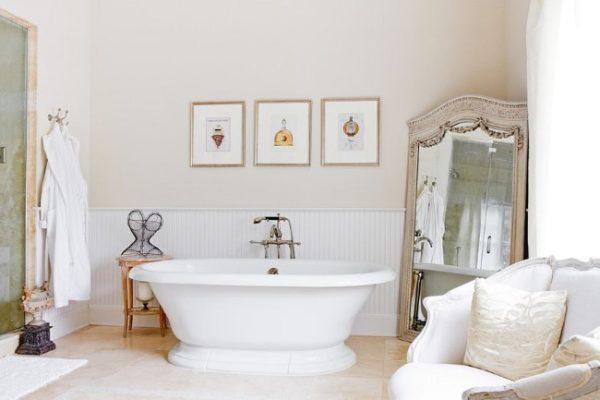 Ванная комната, наполненная умиротворением.