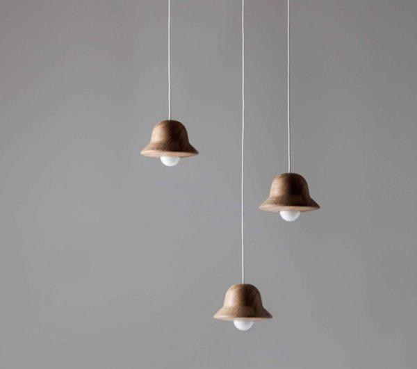 Светильники-колокольчики привлекают внимание.
