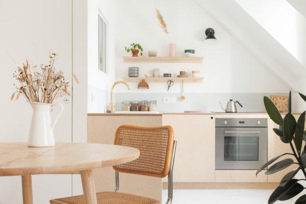 Пара сделала светлее не только кухню, но и близлежащую комнату.