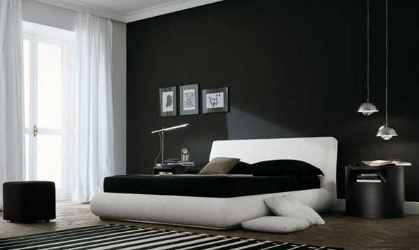 Такая черно-белая спальня передает строгий мужской характер.