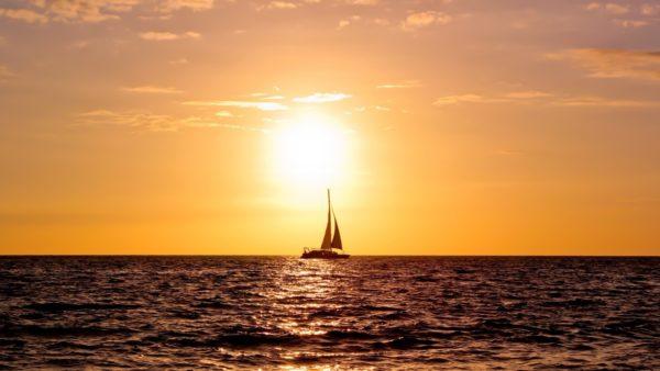 По примете, нельзя провожать взглядом корабль, даже если на нем нет ваших знакомых.
