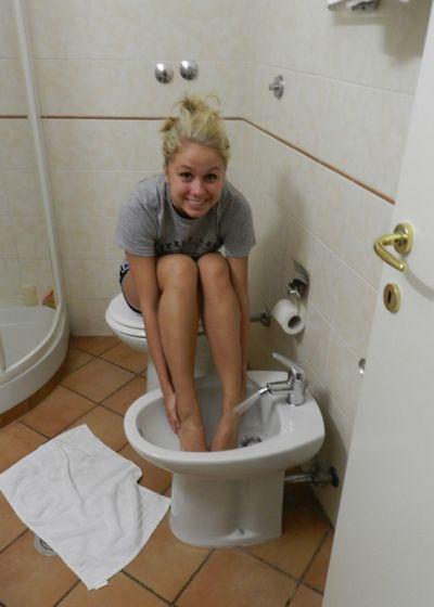 В биде очень удобно мыть ноги.