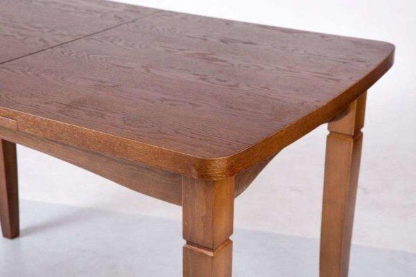 Сидение на углу стола – пожалуй, самая противоречивая примета.