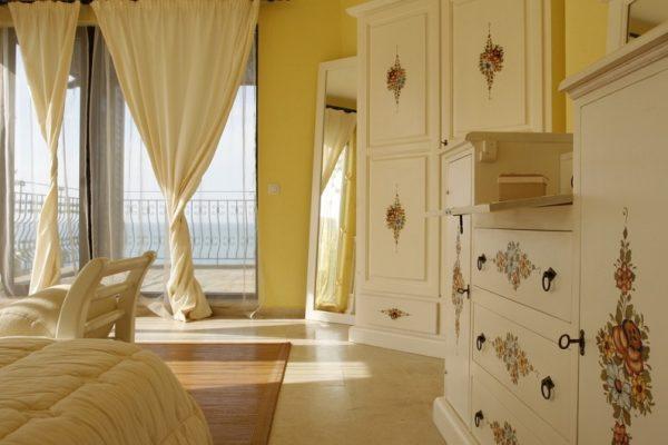 Для того, чтобы мебель приобрела единый стиль, можно использовать сочетание нескольких способов, например покраску и декупаж.