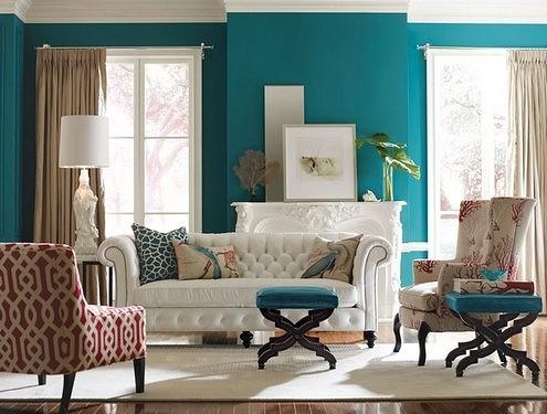 Белоснежный диван украшен текстилем в стиле выбивающейся из общего контекста мебели.