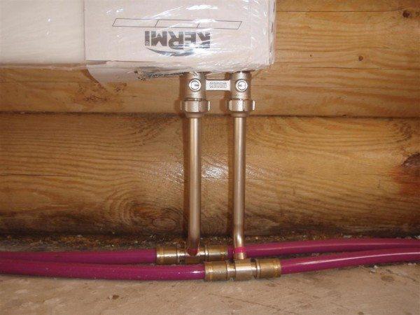Фото радиатора, подключенного через специальную арматуру