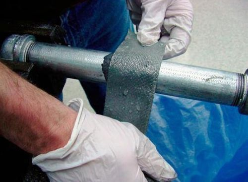 Инструкция рекомендует накладывать герметизирующую повязку из стеклоткани только на сухие трубы