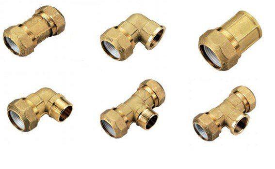Латунный фитинг для ПНД трубы может быть выполнен в различных вариантах, в зависимости от устройства канализационной системы.