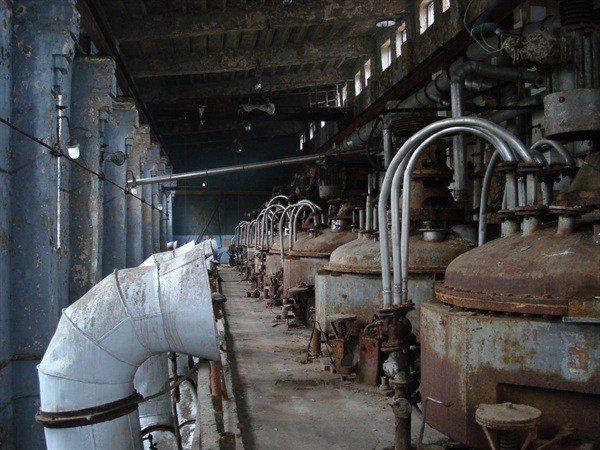 на этом заводе делали взрывчатые вещества. Сравните состояние корпусов реакторов и трубопроводов из нержавейки