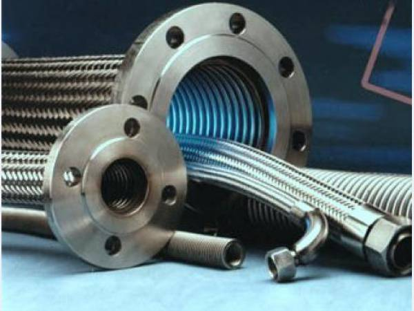 На фото представлены металлорукава разных диаметров, предназначенные для защиты магистралей и кабелей.