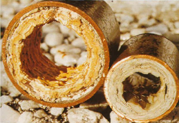 Образование известковых наростов в чугунных трубах значительно понижает характеристики сточной конструкции.