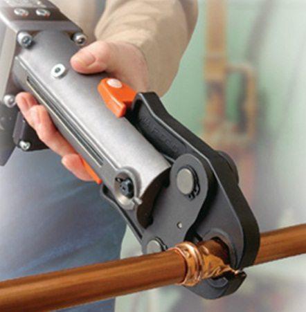 Опрессовка фитингов при помощи электрогидравлического пресс-пистолета.