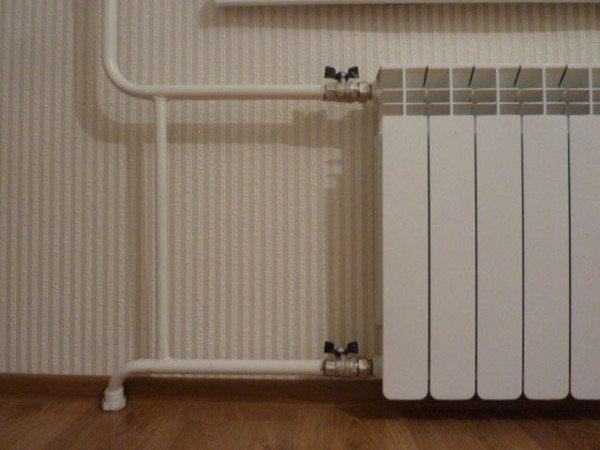 Перемычка на фото позволяет теплоносителю циркулировать в стояке при перекрытых вентилях.