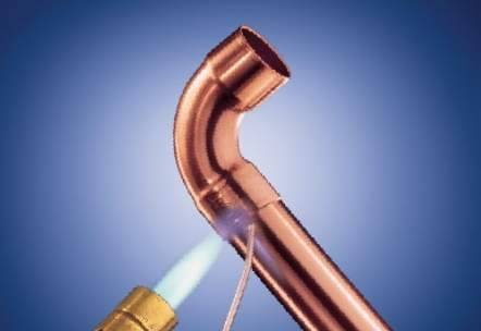 Процесс пайки частей трубопровода
