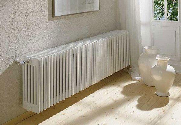 Секционный радиатор на фото способен отдать примерно ту же мощность, но обойдется гораздо дороже.