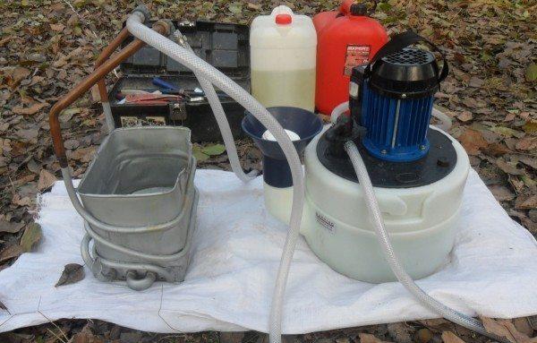 Штатно для промывки радиатора используется компрессор и жидкость для снятия накипи.