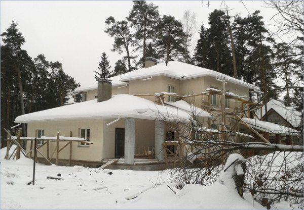Стены и крыша частного дома граничат с улицей, увеличивая потери тепла.